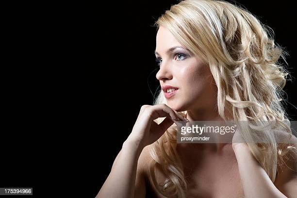Junge Frau Porträt mit wunderschönen blonden Haaren