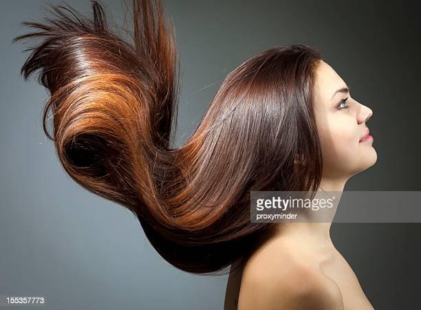 Ritratto di giovane donna con splendidi capelli