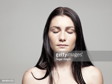 Young woman portrait with eyes closed : Foto de stock
