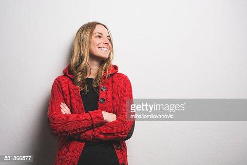 Jovem mulher Posando contra a parede