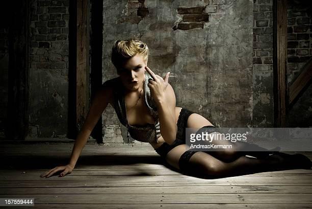 Junge Frau posieren und eine kleine Geste Mitte