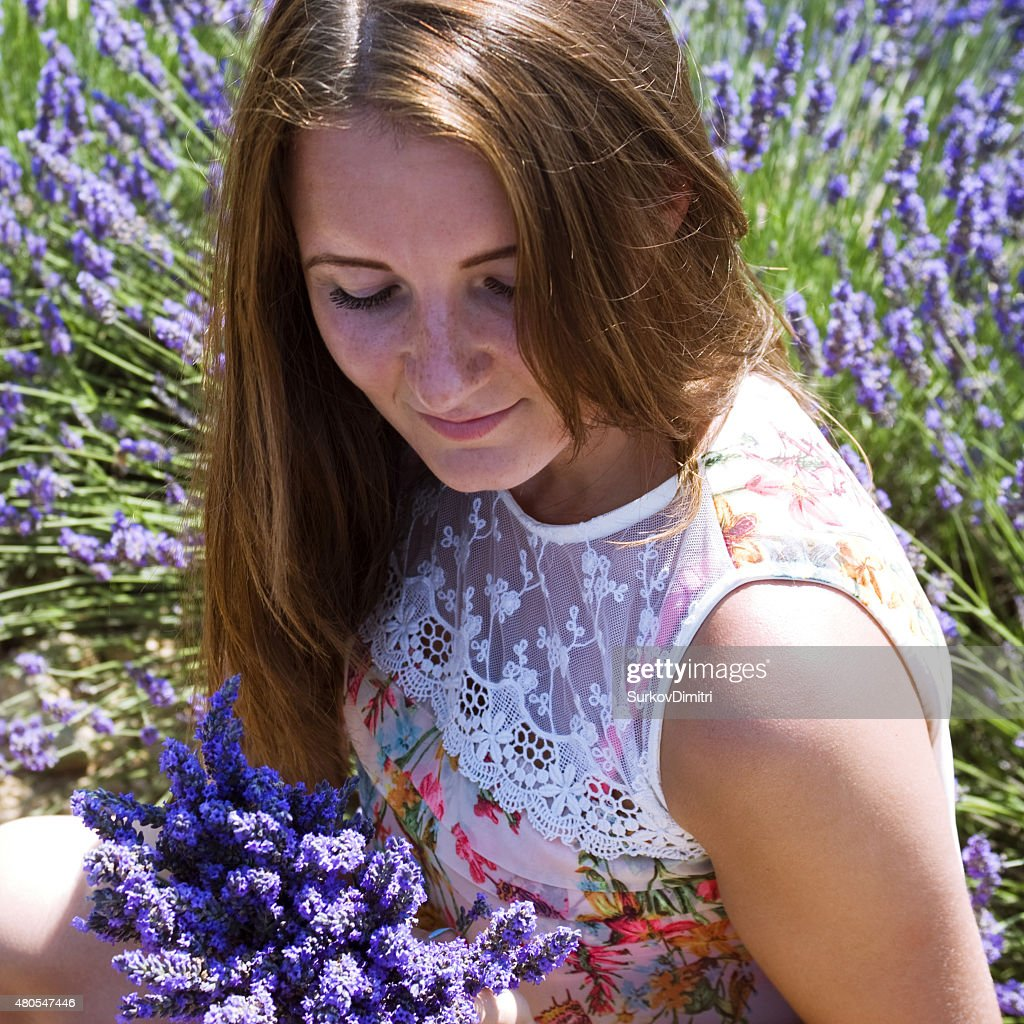 Junge Frau posieren in Lavendel Feld : Stock-Foto