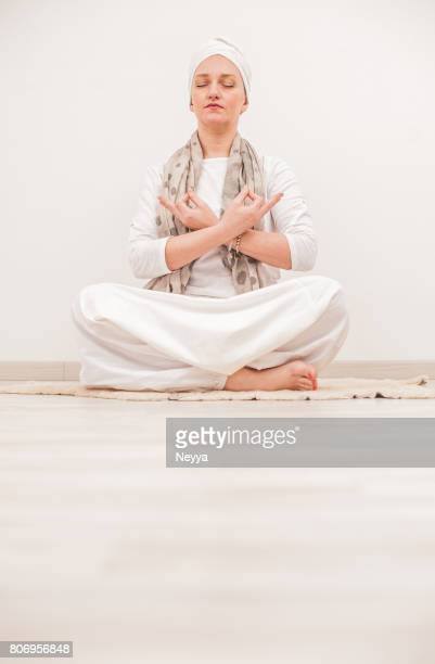 Junge Frau Mudra, Kundalini Yoga Asana üben