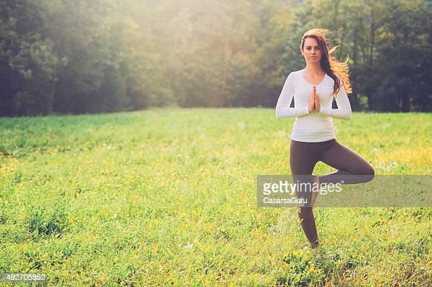 Jeune femme pratiquant le Yoga en plein air