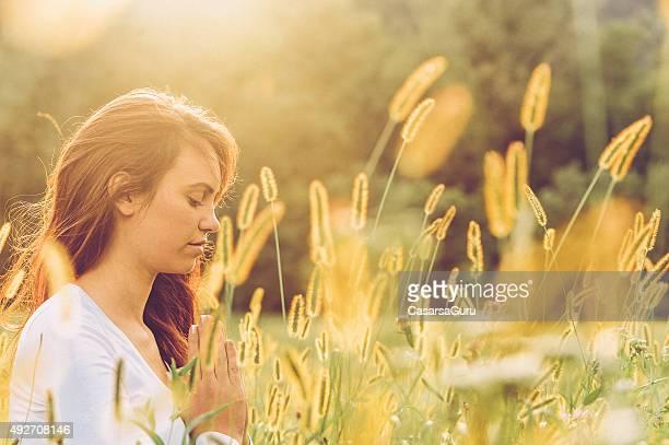 Jovem mulher praticar ioga ao ar livre