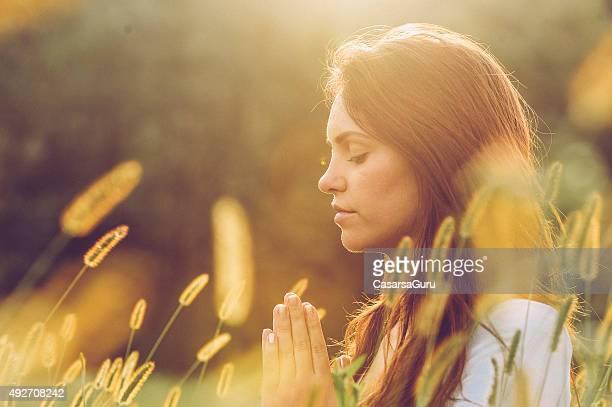Giovane donna pratica Yoga all'aperto