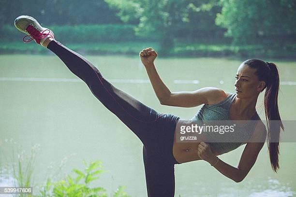 若い女性 練習 空手がウォーターフロントに