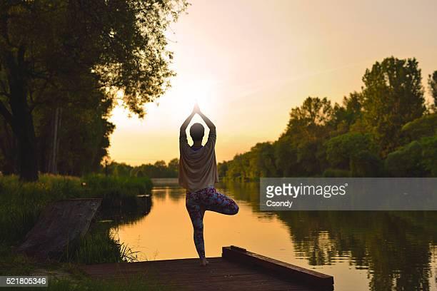 Junge Frau, die yoga-Übungen