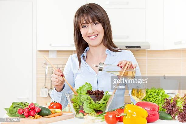 Jovem mulher preparar uma Salada de Legumes