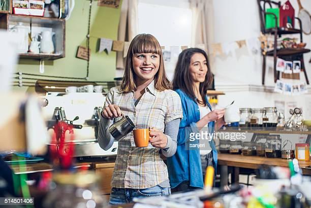 Junge Frau Zubereitung von Kaffee