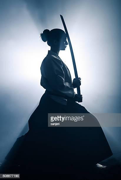"""Jeune femme prépare pour l """" entraînement d""""  Aïkido"""