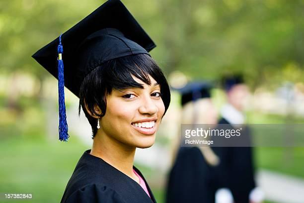 若い女性のプロフィールに卒業ガウン