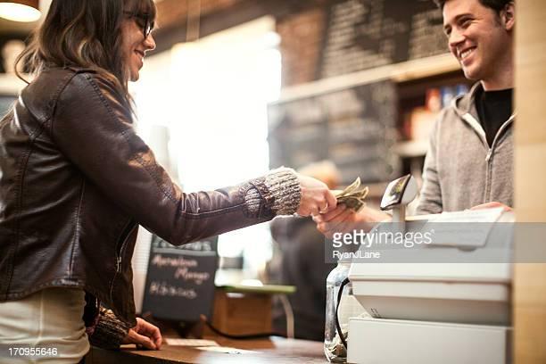 Jovem mulher comprar Café