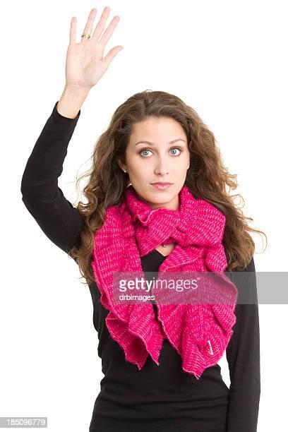 Jeune femme soulevant la main