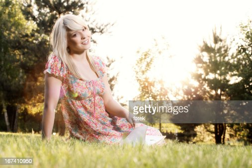 Young woman reading a book : Stockfoto