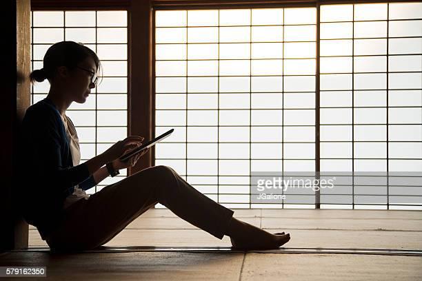 Junge Frau lesen eine digitale tablet