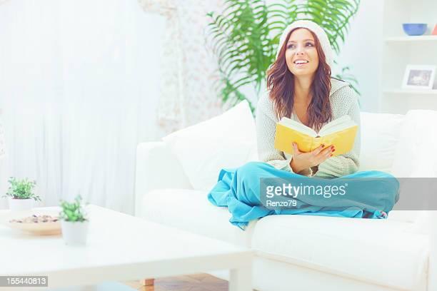 Jeune femme lisant livre
