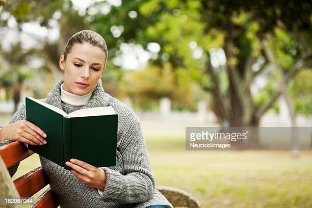 Mujer joven en el parque de Reading
