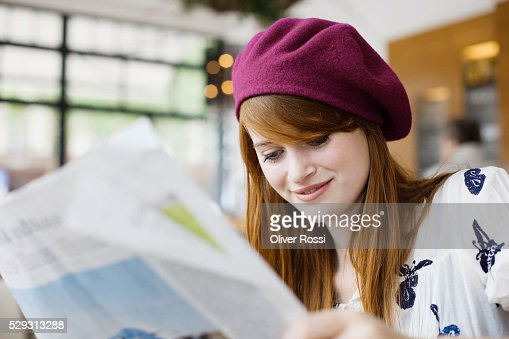 Young woman reading newspaper : Stockfoto