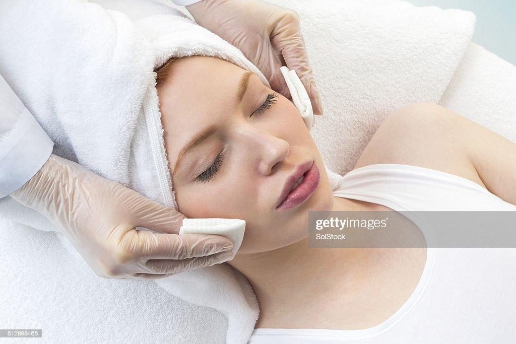 Junge Frau empfangen Kosmetische Behandlung : Stock-Foto