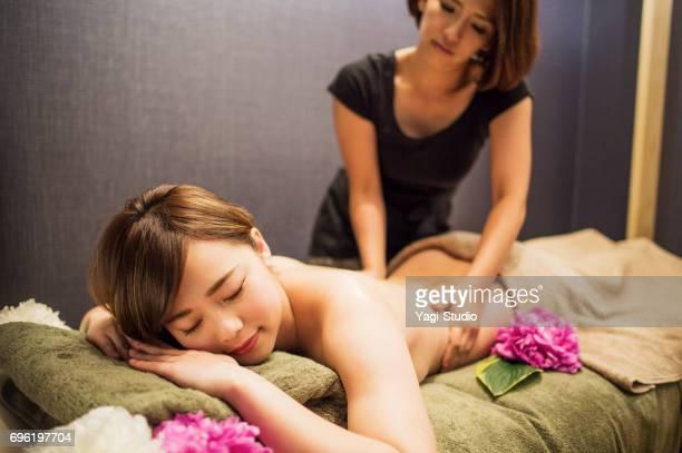 オイル マッサージを受ける若い女性