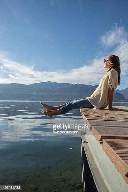 Junge Frau entspannt auf den pier