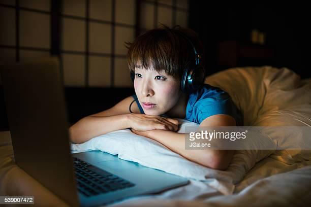 Jeune femme se détendre à la maison