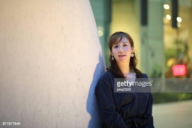 若い女性石オブジェでリラックス