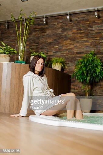 Mujer joven relajante en la bañera de hidromasaje : Foto de stock