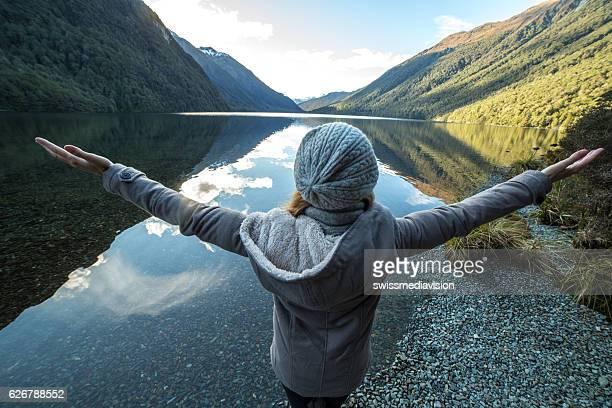 Jeune femme de détente au bord du lac