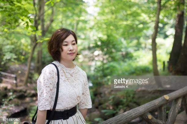 Junge Frau Entspannung im grünen Wald