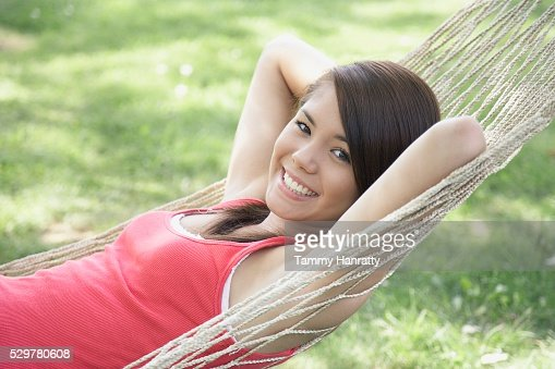 Young woman relaxing in hammock : Stockfoto