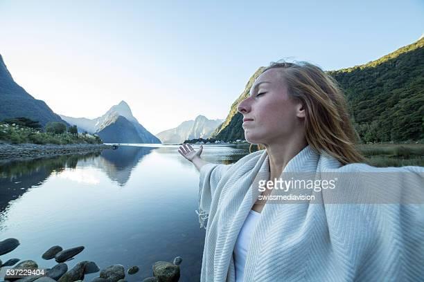 Jeune femme de se détendre dans la nature