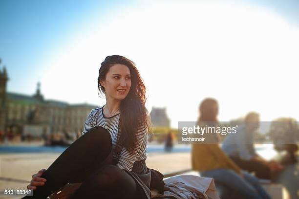 Jeune femme de détente à proximité du musée du Louvre à Paris