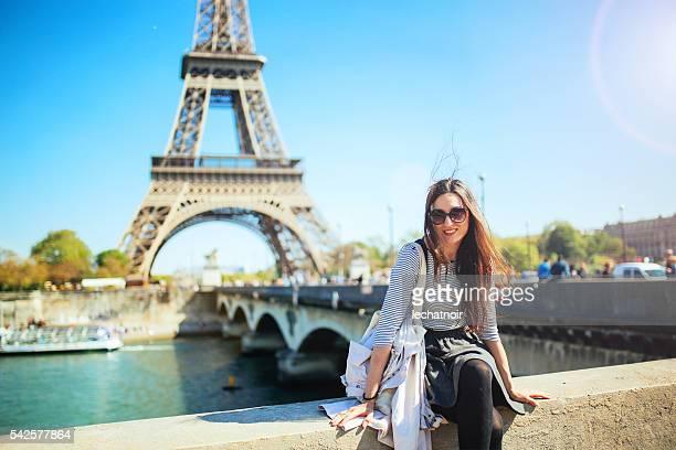 Mujer joven relajante en París