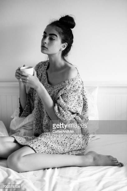 Junge Frau am Bett zu entspannen und genießen in Kaffee