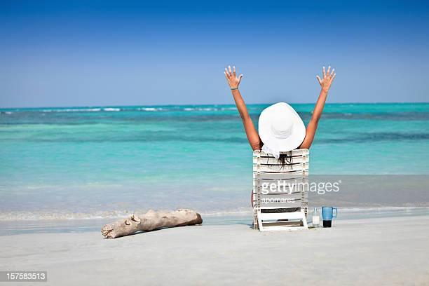 若い女性の椅子でリラックスし、Caribean 島ビーチ