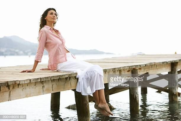 Junge Frau entspannend auf Anlegesteg