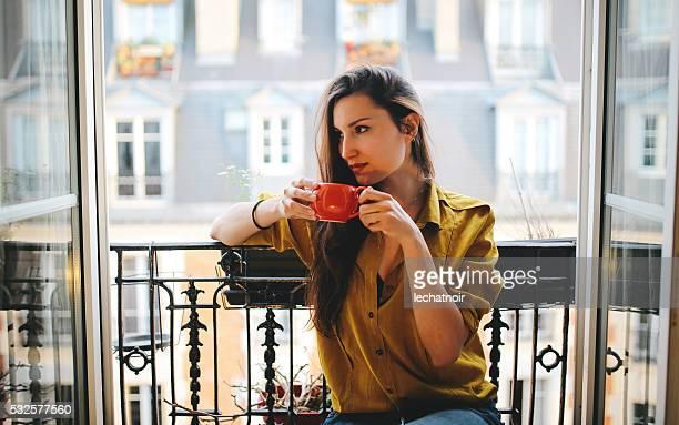 Jeune femme se détendant sur le balcon de l'Appartement Parisien