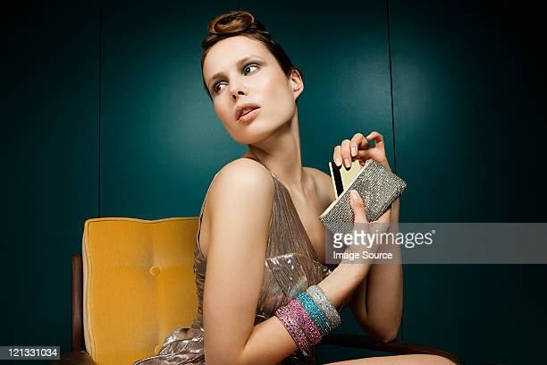 Jeune femme enlevant carte de crédit de porte -