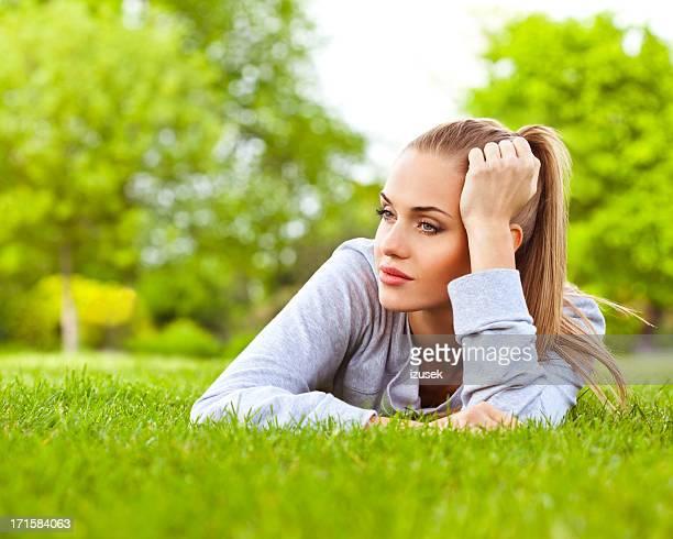 Joven mujer descansando un parque