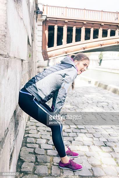 Jeune femme au repos après un jogging