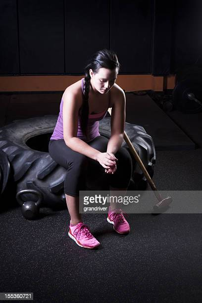 Giovane donna a riposo dopo l'allenamento