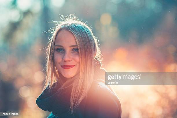 Junge Frau ruhen im Wald