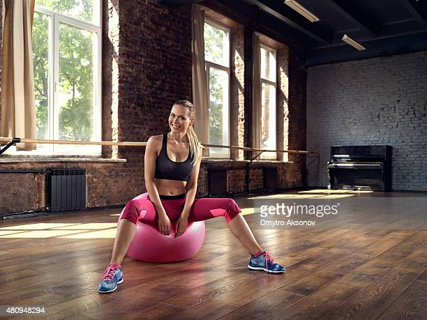 Junge Frau sitzt nach dem fitness-training