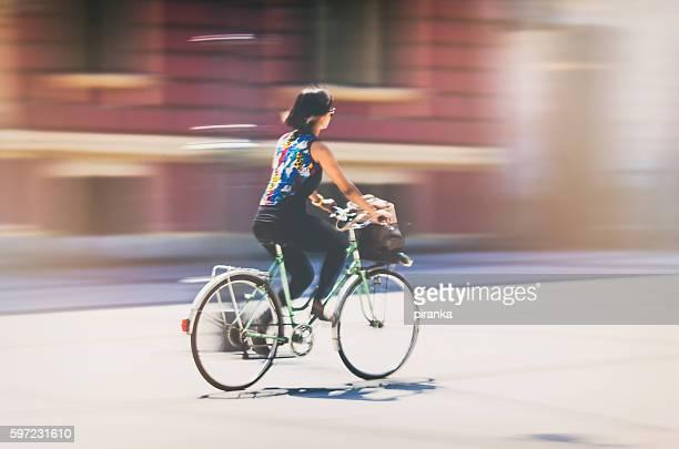 Junge Frau Reiten Ihr Fahrrad im der Stadt