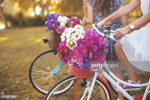 Jeune femme cheval blanc rétro DE hipster de son vélo