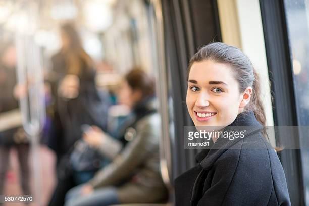 Jeune femme chevauchant le métro de retour