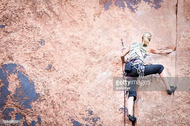 Junge Frau Felsklettern in Sandstein Felsen