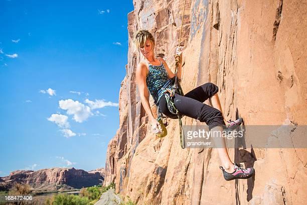 Giovane donna Rock alpinista su roccia Arenaria